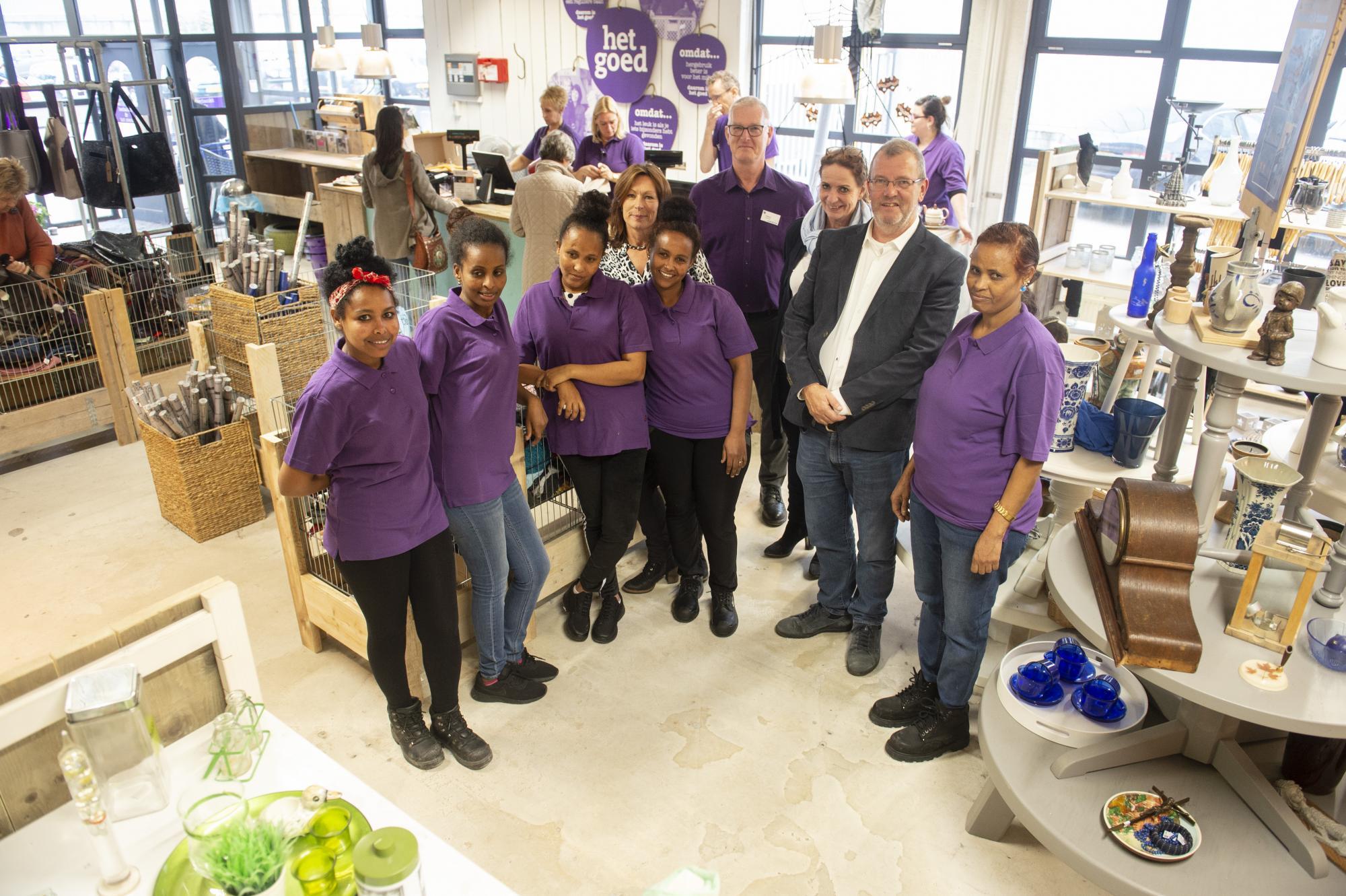 Wethouder Looijmans en enkele deelneemsters op hun werkplek bij Het Goed