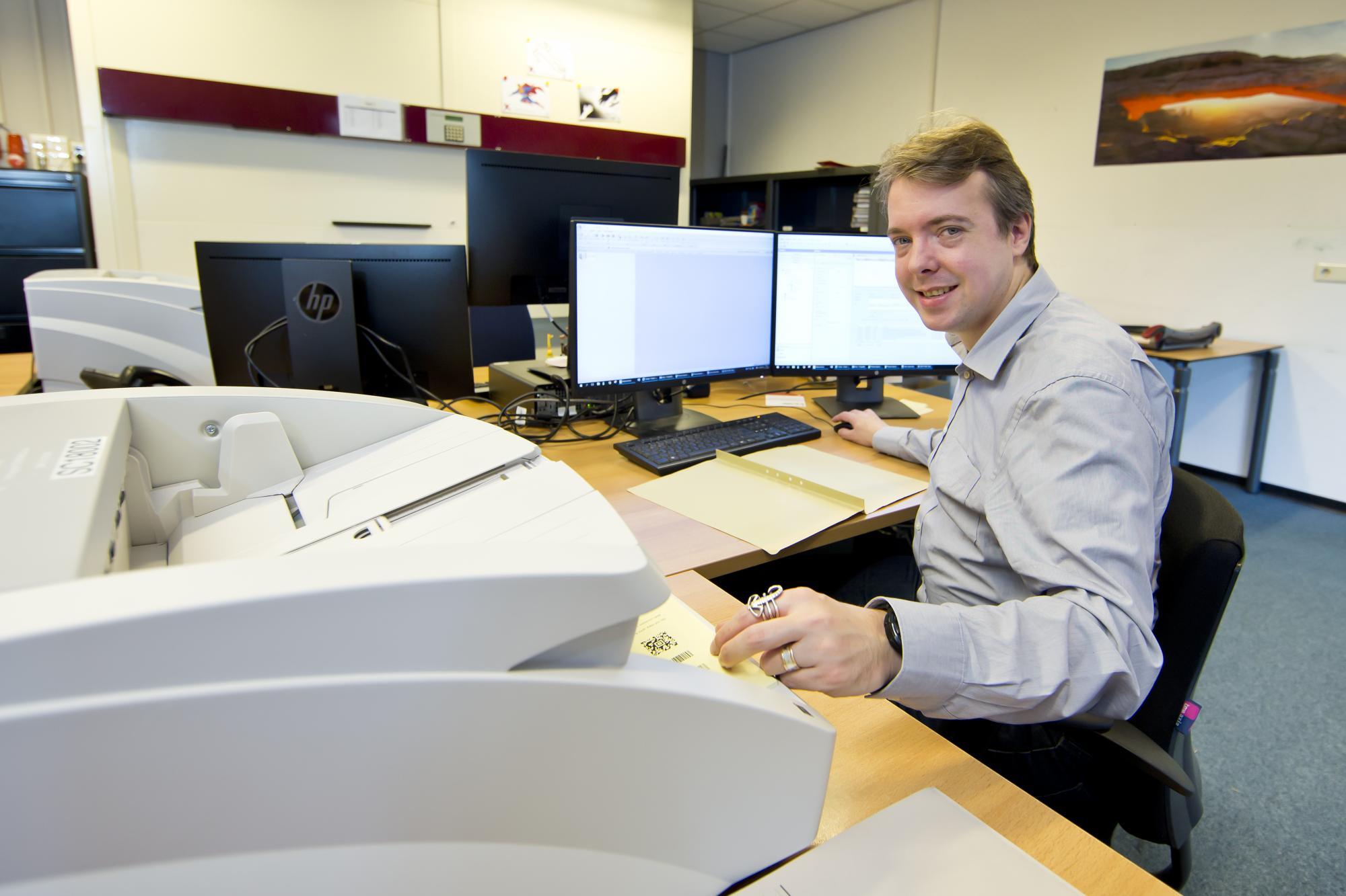 Niek Vogels houdt zich bij de gemeente Helmond bezig met het digitaliseren van dossiers