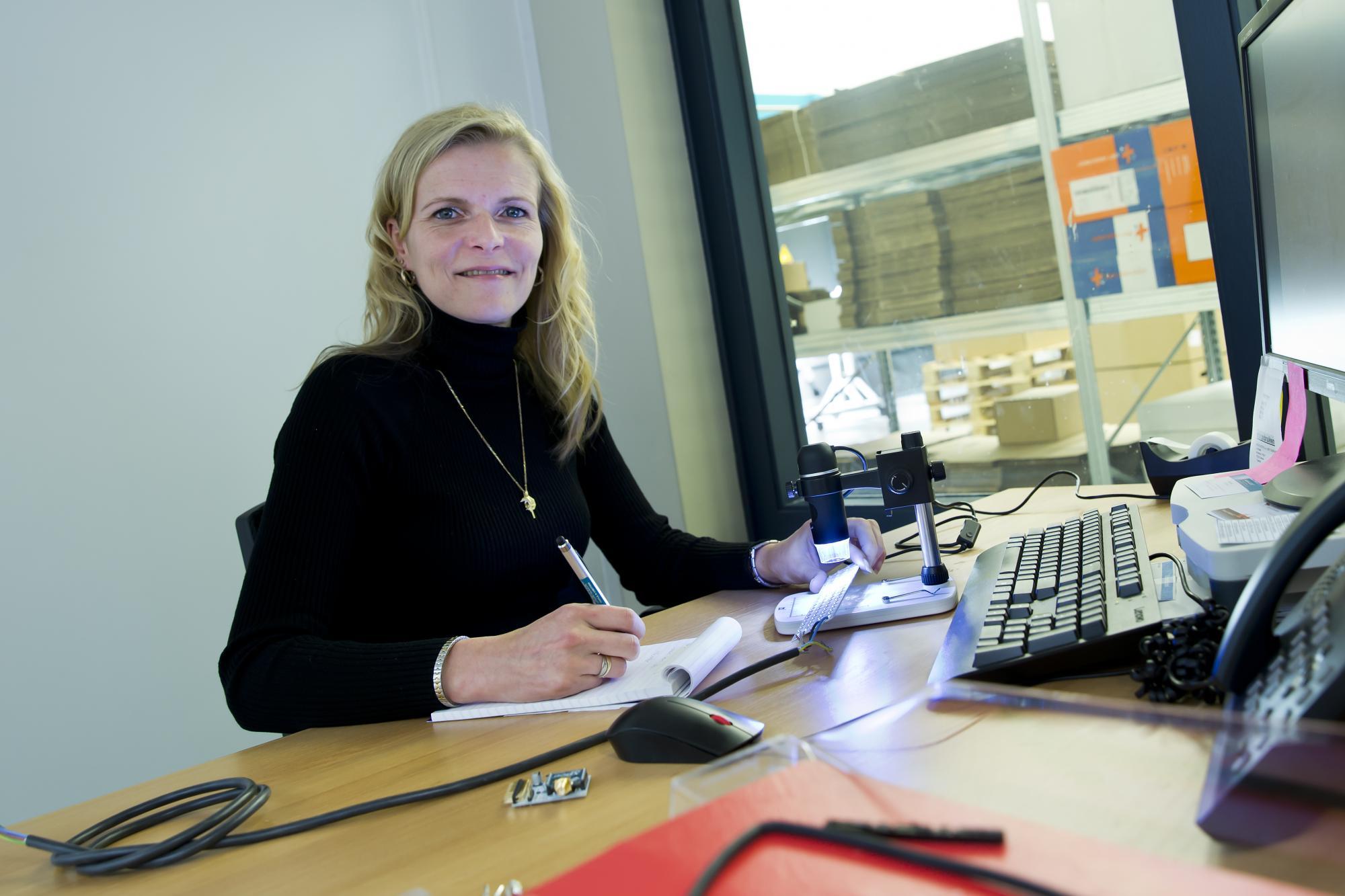 Anneli Baks aan de slag als Quality Assistant bij het Eindhovense bedrijf AAA-LUX, dat led-schijnwerpers voor sportvelden ontwikkelt en produceert